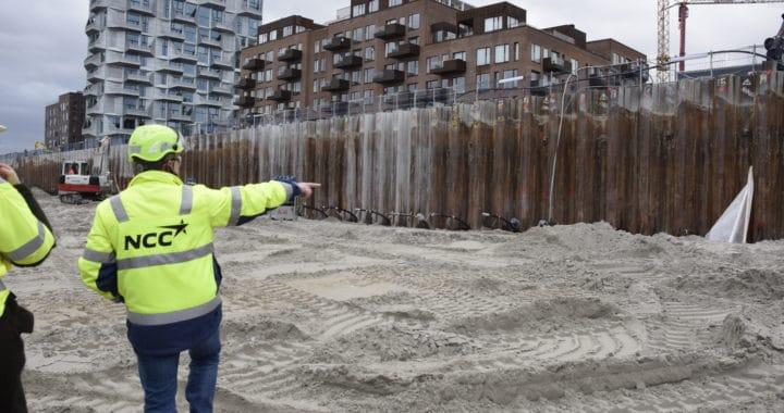 produktionsdirektør Claus Munk Petersen fra NCC peger på stedet i byggespunsen, hvor tunnelen kommer ind i den kommende ø.
